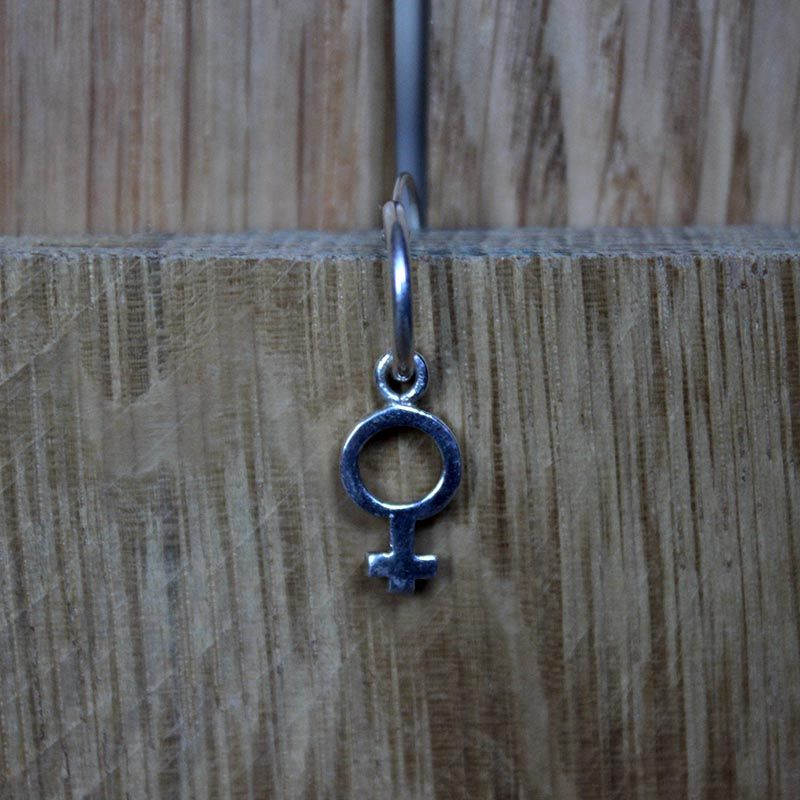 e7aa50e0b15d Piercing de aro con colgante en forma de símbolo femenino